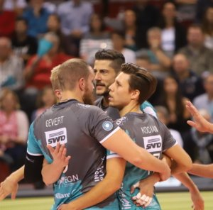 Sie bleiben ein Team: (v.r.) Sebastian Gevert, Michael Andrei und Tomas Kocian. Fotos: powervolleys